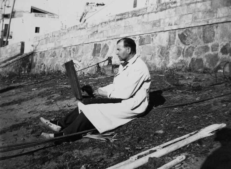 Francesc Vidal Palmada, pintant a la platja de la Catifa en els anys 40 del segle XX. (Foto: Servei d'Arxiu Municipal de Palamós)