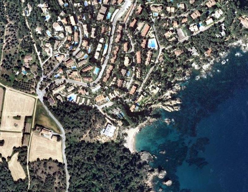 Vista aèria de cases i urbanitzacions a la zona del Golfet, a Palafrugell. (Foto: SOS Costa Brava).