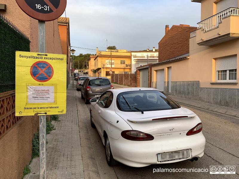 Senyalització al carrer del Maresme informant que demà s'hi farà una neteja intensiva.
