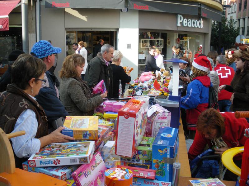 Es posen a la venda joguines de segona mà i es col·labora amb un projecte solidari internacional. (Foto: Creu Roja Palamós).