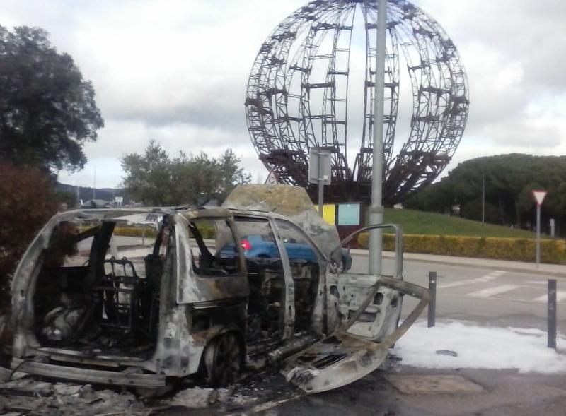 El cotxe, totalment cremat. (Foto: Enric Vilar).