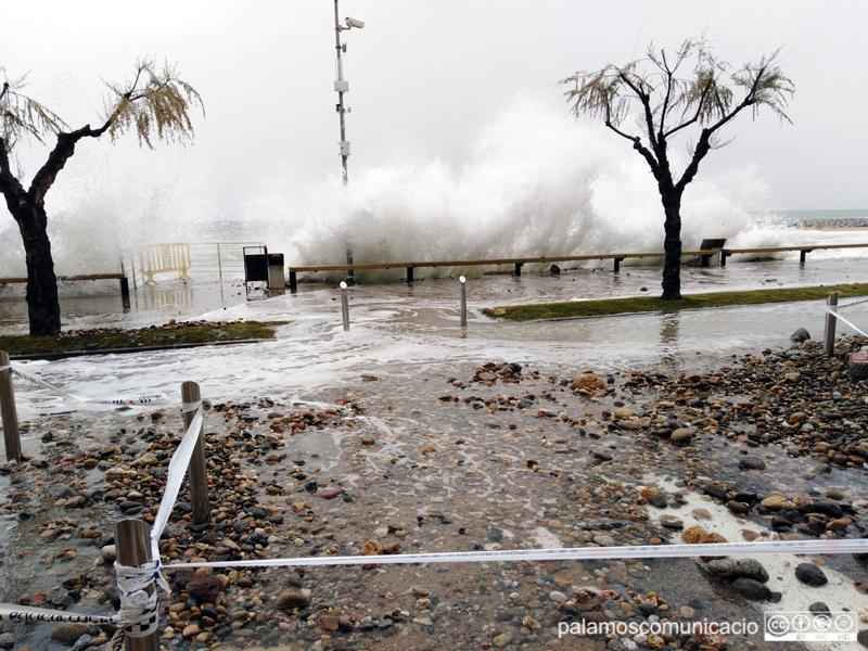 El passeig de Sant Antoni acostuma a patir els efectes dels temporals de llevant.