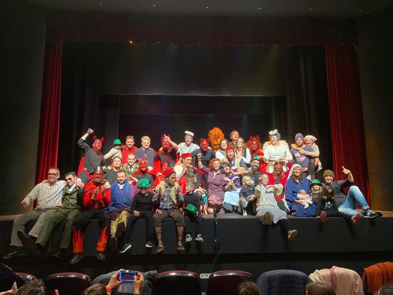 Les actrius i els actors dels Pastorets dels Showboys després de la funció de dilluns. (Foto: AC Showboys).