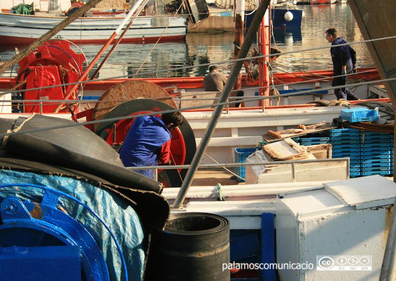 Feina de manteniment d'una barca al port de Palamós, en una imatge d'arxiu.
