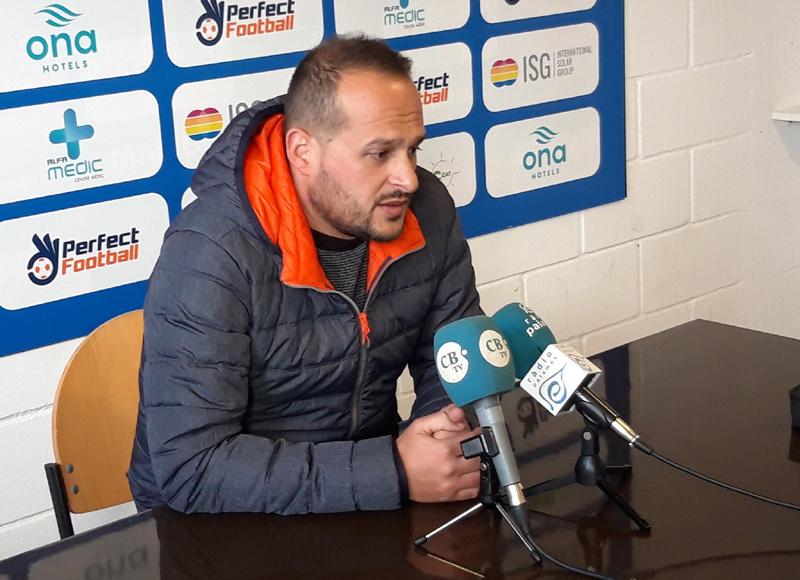 L'entrenador del Palamós CF, Joan Mármol, en roda de premsa. (Foto: R. Ribas).