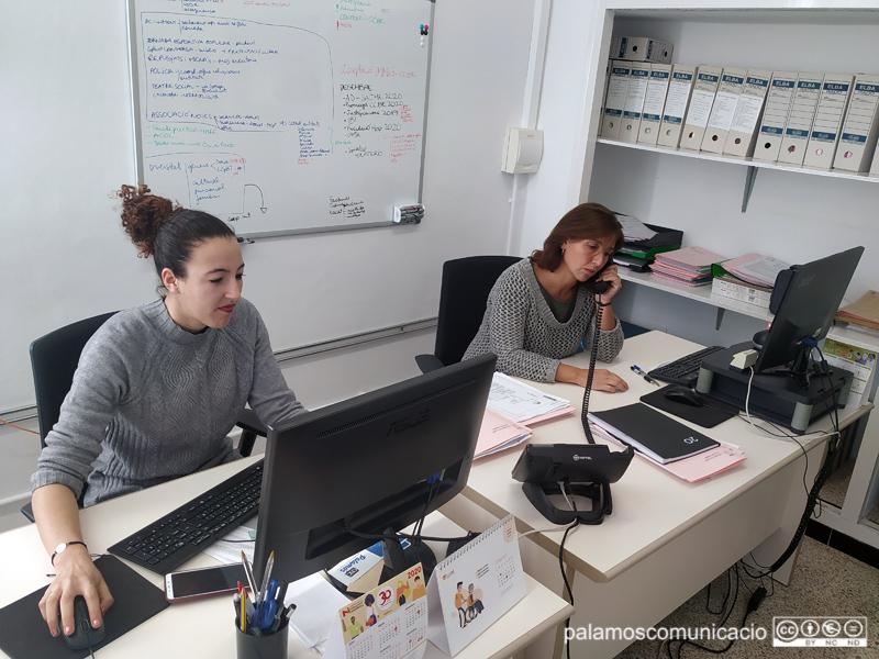 Chayma Mechaal i Lourdes Ferrando, regidora i tècnica d'Immigració i Ciutadania, respectivament.
