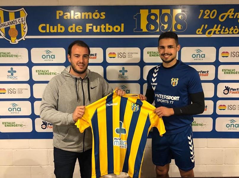 Alejandro Delgado, amb el director esportiu Josep Roches. (Foto: Palamós CF).
