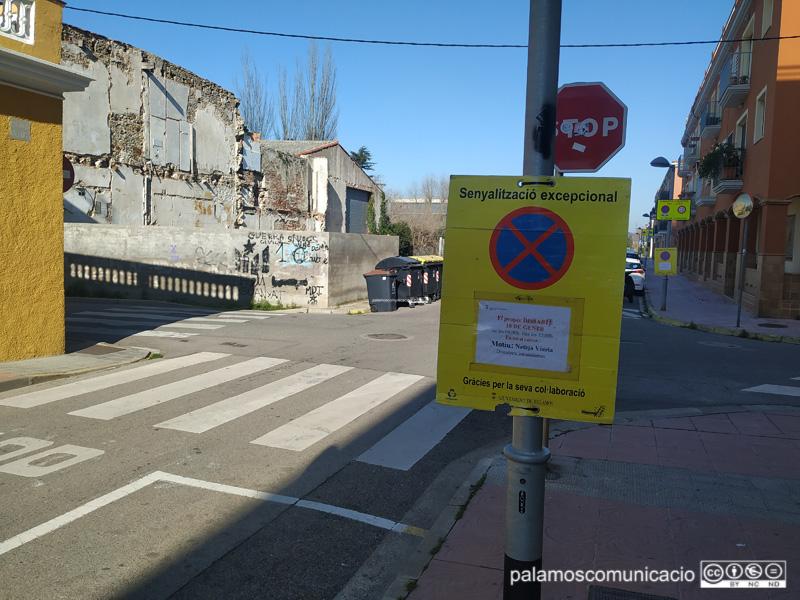 Senyalització al carrer de València informant que demà s'hi farà una neteja intensiva.