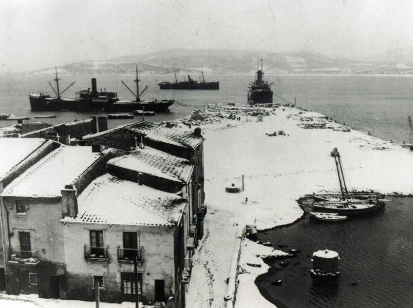Imatge antiga de la badia de Palamós, amb les cases i la platja nevades. (Foto: Josep Sánchez Carcassés).