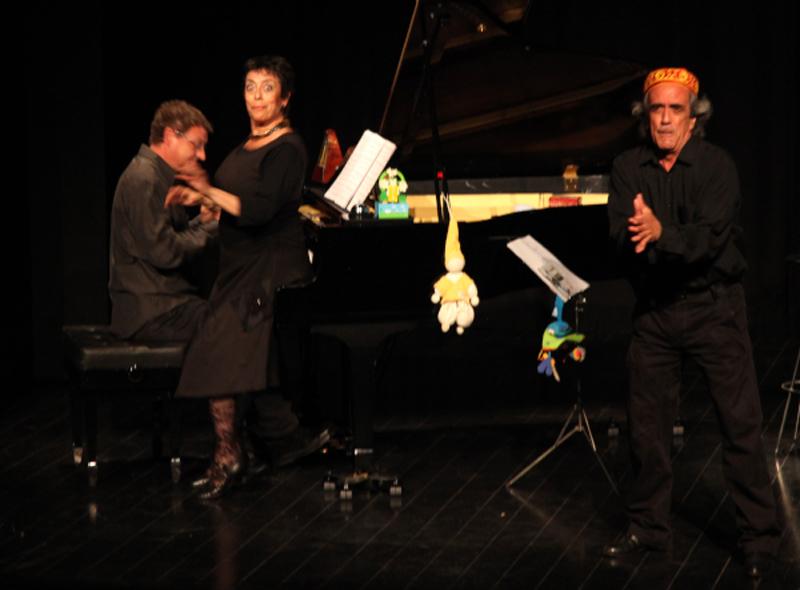 Joan Sadurní al piano i els intèrprets Titon Frauca i Ferran Fauca. (Foto: lagorga.cat).