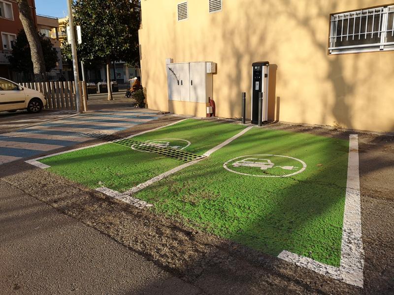 Les dues places per a vehicles elèctrics, senyalitzades i pintades de verd. (Foto: Ajuntament de Palamós).