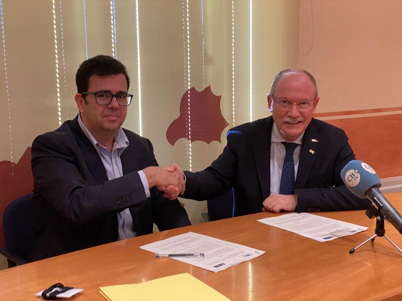 El gerent territorial de SOREA, Andreu Masferrer, amb el president del Consell Comarcal, Joan Manuel Loureiro, durant la signatura del conveni. (Foto: