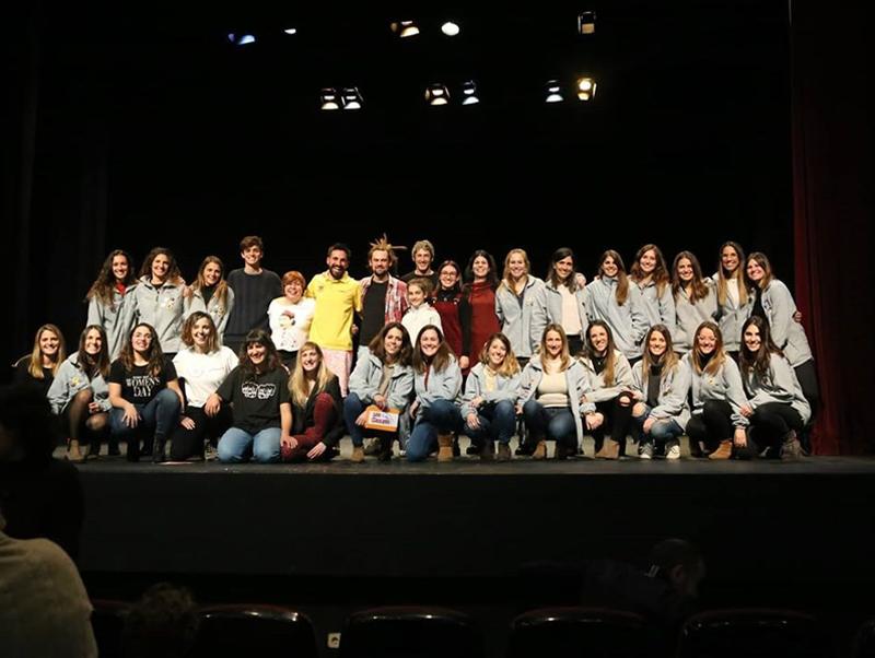 Els monologuistes participants amb la colla organitzadora, Les Braves. (Foto: colla Les Braves).