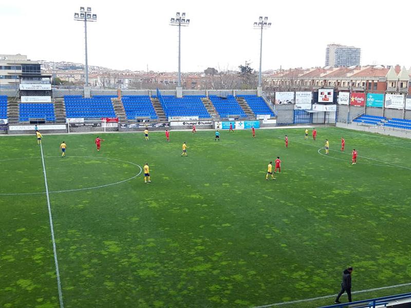 Un instant del partit d'ahir entre Palamós i Guineueta. (Foto: Palamós CF).