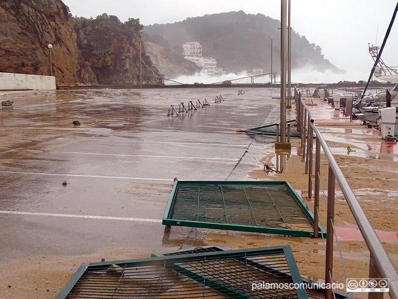 Els efectes del temporal al port Marina Palamós, aquest matí.