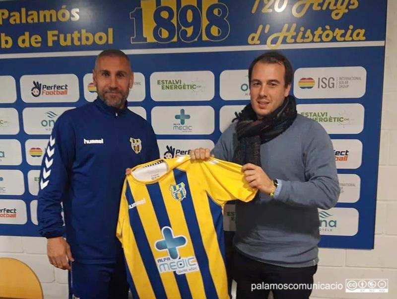 José Martínez, nou reforç pel Palamós CF amb el director esportiu del Palamós, Josep Rochés.