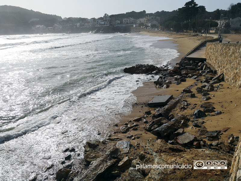 La platja de la Fosca, amb els seus serveis, ha estat la més afectada pel temporal.