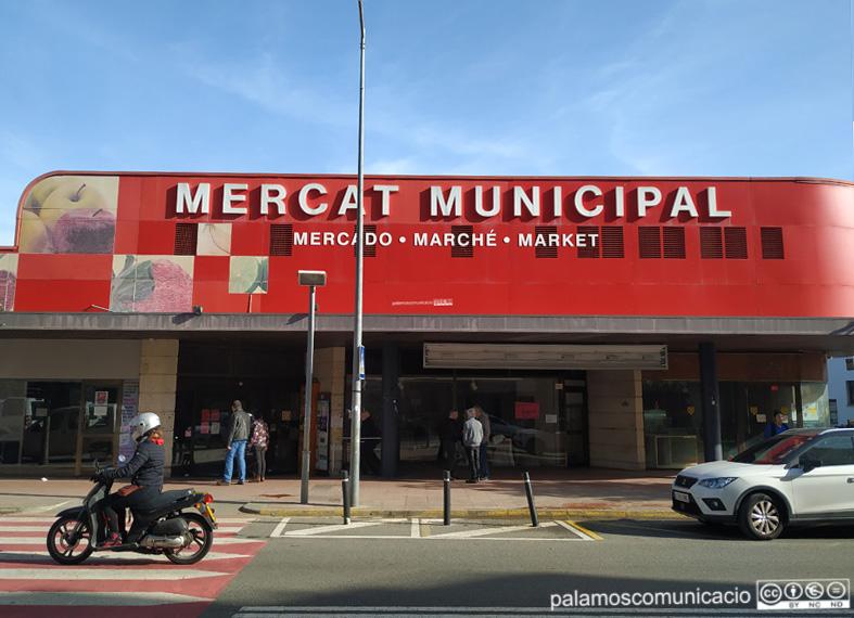 El Mercat Municipal de Palamós, aquest matí, ja tancat.