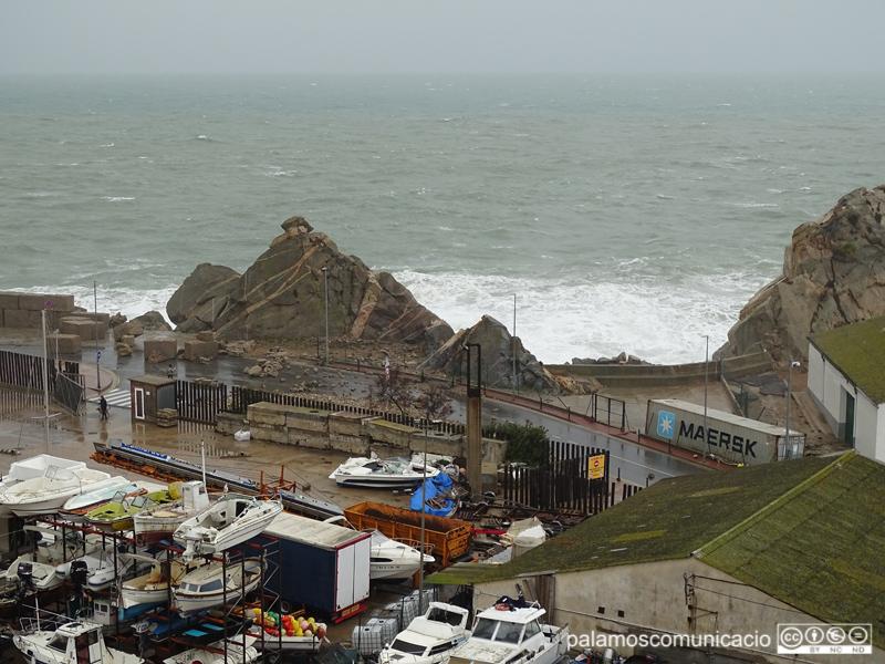 Despreniment de blocs de formigó i pedres al vial del Port, durant el temporal 'Glòria'.