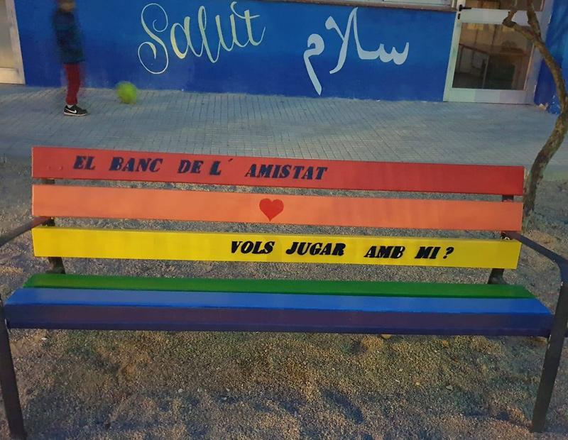 El 'Banc de l'amistat' és una mesura contra el rebuig, la solitud i l'assetjament escolar. (Foto: Ampa Escola Barrufet).