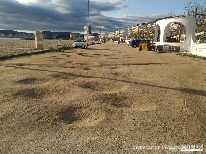 Forats a la part de sauló del pàrquing de la platja Gran.