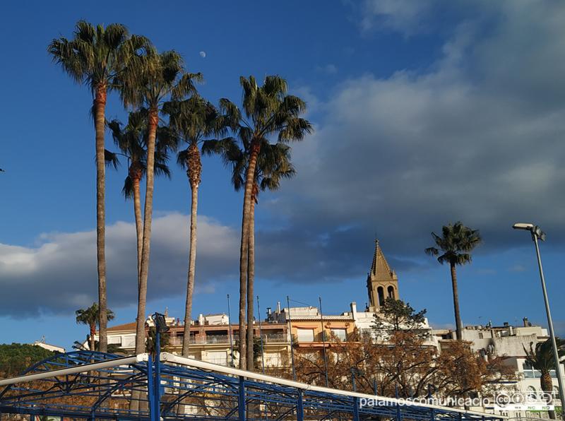 Núvols baixos sobre el campanar de Palamós, el passat dimarts.