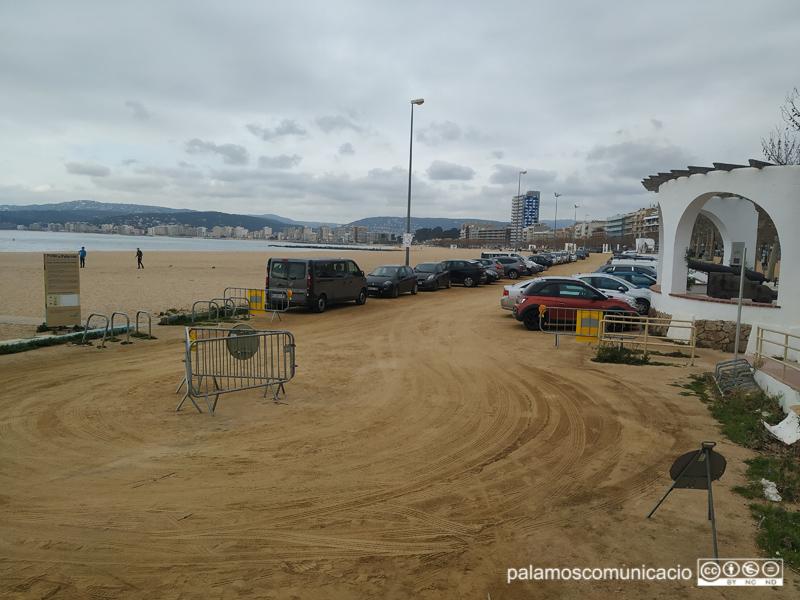 La part del terra de sauló de l'aparcament ja està arreglada i en servei.