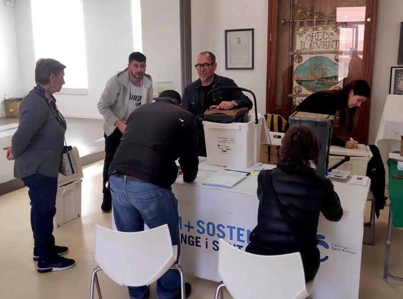Entrega de cubells de recollida de residus porta a porta. (Foto: Ajuntament de Calonge i Sant Antoni).
