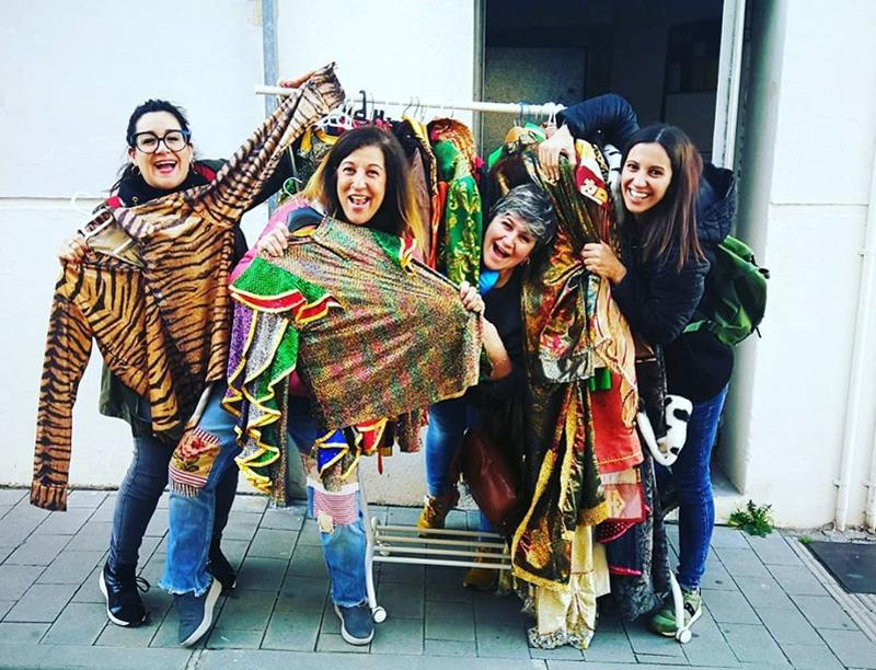 Ex-reines de Carnaval, ara a la colla Els Destronats, recollint disfresses de segona mà. (Foto: @els_destronats).