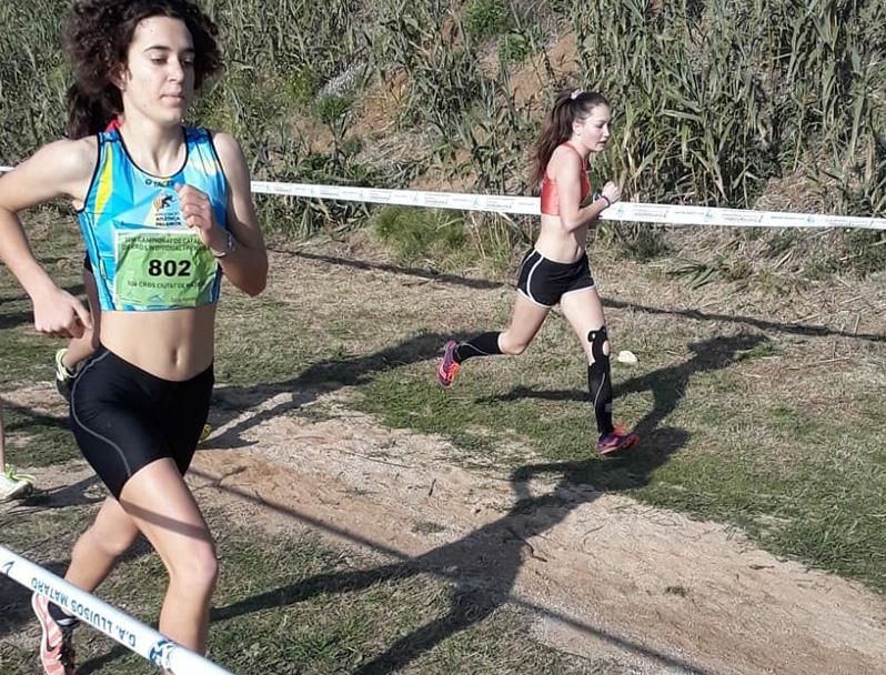 Laia Fita, en primer terme, al Campionat de Catalunya de Cros que es va fer a Mataró. (Foto: Associació Atlètica Palamós).