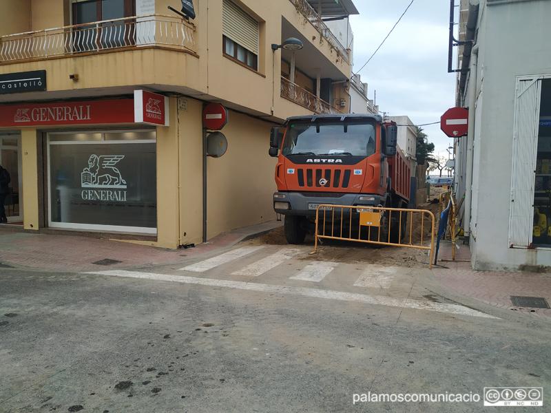 Estan instal·lant uns col·lectors d'aigües pluvials al carrer de la Mercè.