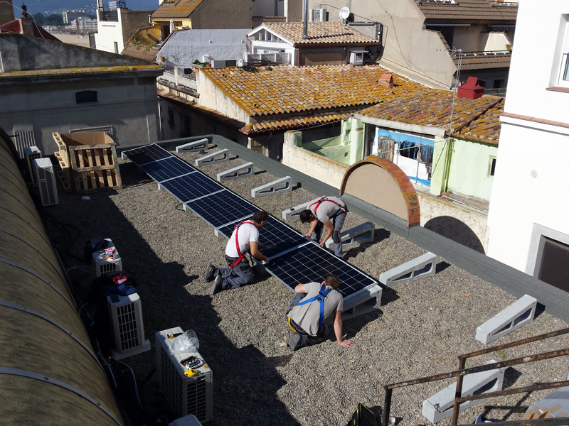 Instal·lació de plaques solars fotovoltaiques a la coberta de la Casa de la Vila. (Foto: Ajuntament de Palamós).