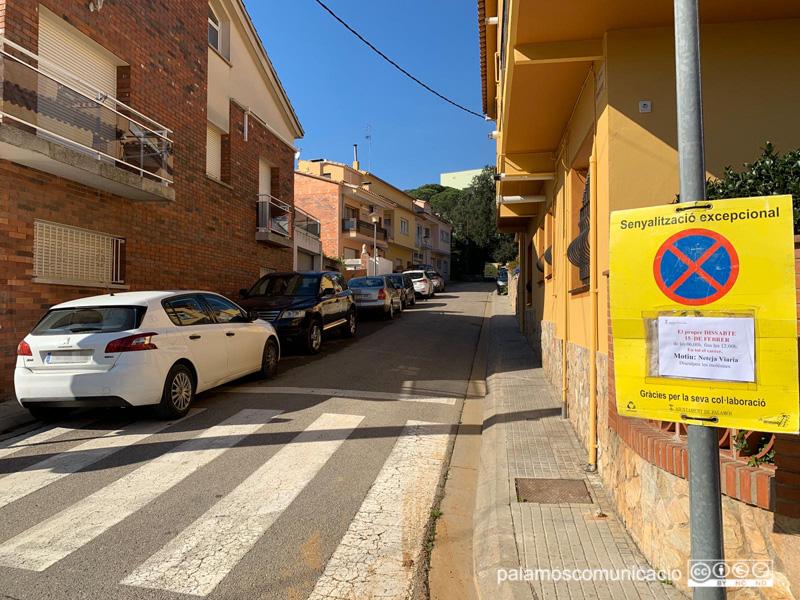 Senyalització al carrer del Montseny informant del 'Fem dissabte'.
