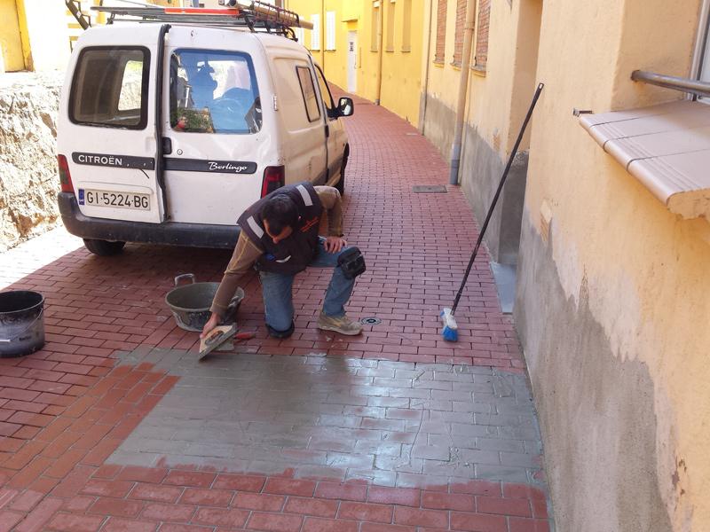 La Brigada Municipal és l'encarregada de realitzar aquesta millora del paviment dels carrers del barri dels Pescadors. (Foto: Ajuntament de Palamós).