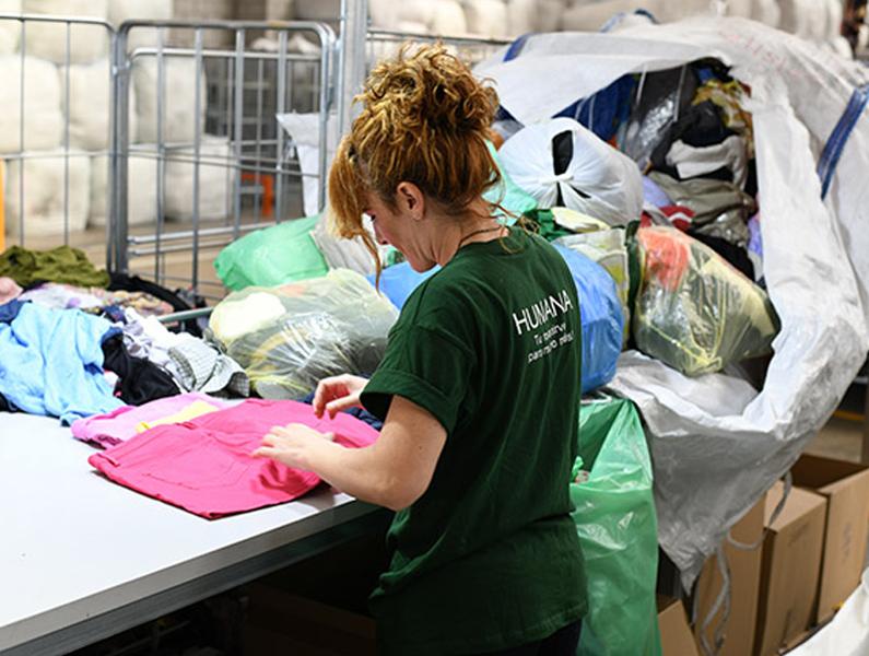 Classificació de la roba que recull l'ONG Humana. (Foto: Humana).