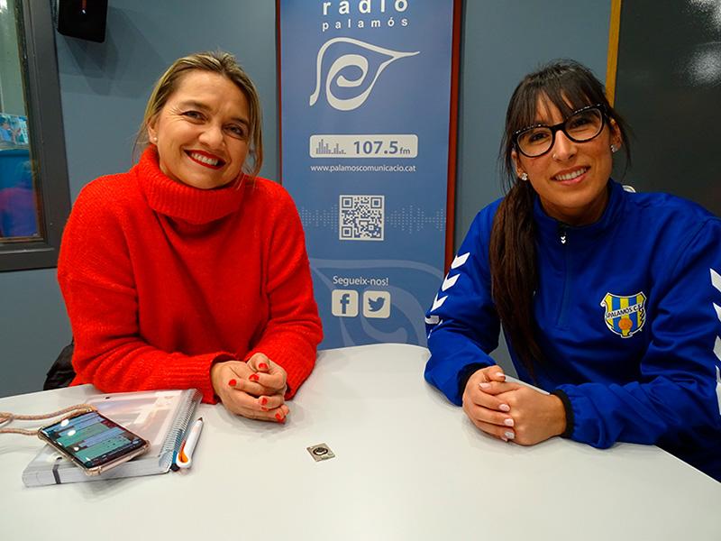 La coordinadora del futbol femení de la Fundació Esportiva Palamós, Jenny Henríquez, i una de les jugadores de l'equip, Arantxa Martínez.