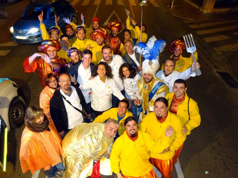 El jurat de la campanya 'Menja't el Carnaval' de l'any passat, amb els Kins 20. (Foto: Colla Kins 20).