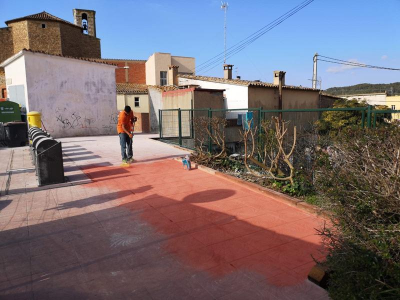 Un operari de la Brigada enllesteix les feines del nou parterre. (Foto: Ajuntament de Palamós).