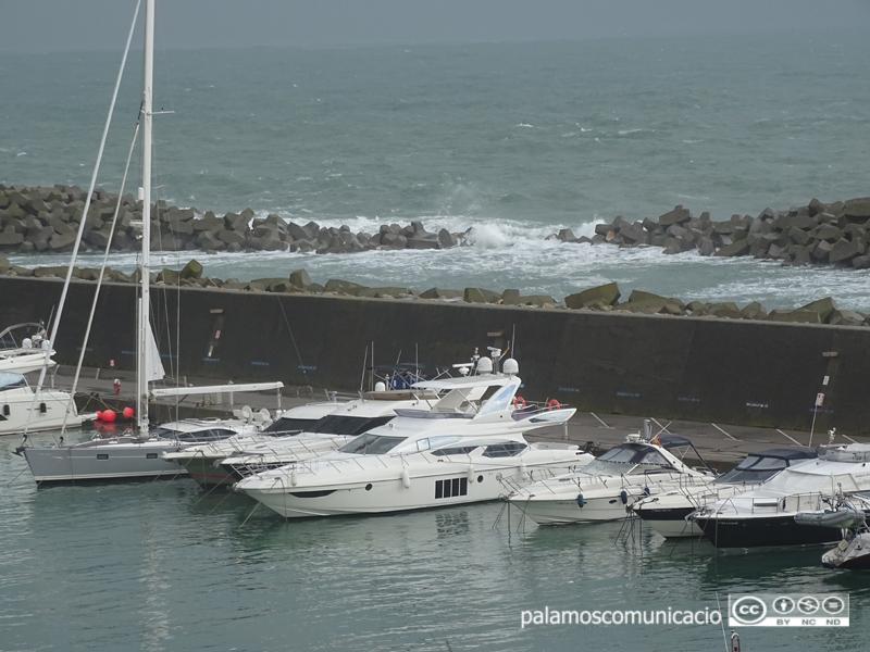 El port Marina Palamós en ple temporal Glòria.