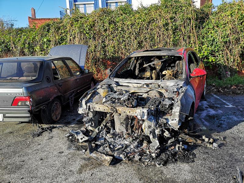 Cotxe cremat al carrer del Terç dels Napolitans. (Foto: Ajuntament de Palamós).