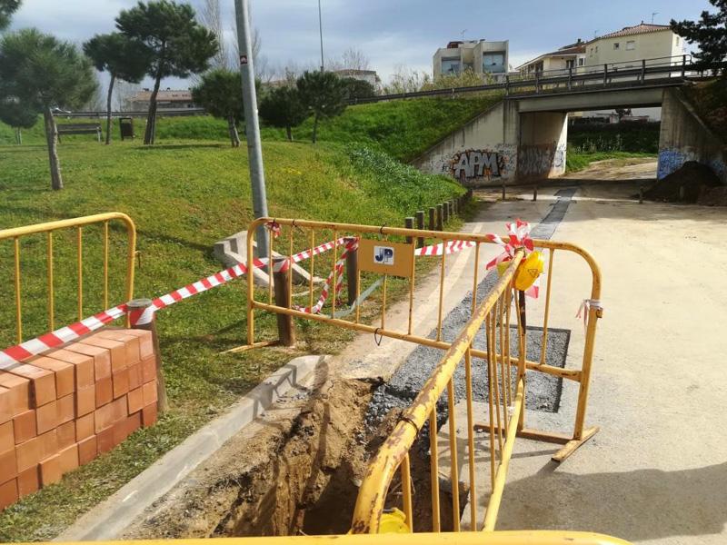 Han obert una rasa per connectar les canonades dels dos carrers. (Foto: Ajuntament de Calonge i Sant Antoni).
