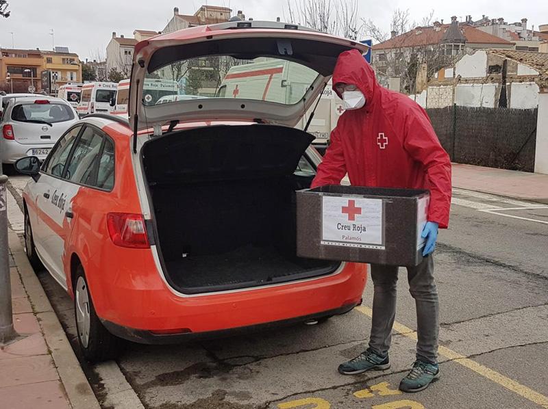 Personal de Creu Roja fent el trasllat del càtering per a persones grans i vulnerables (Foto: Creu Roja Palamós).