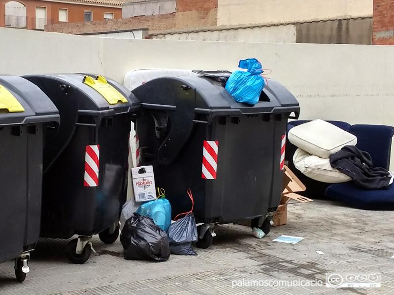 Acumulació de deixalles i trastos al carrer.