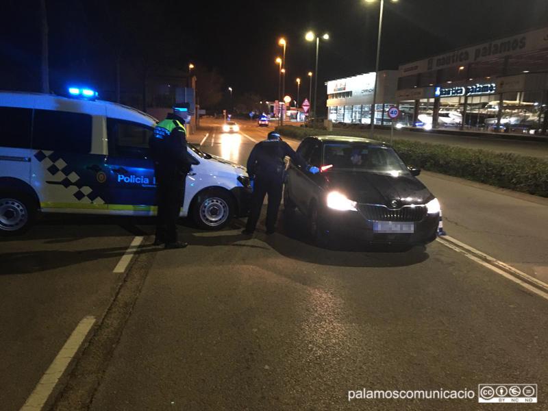 Control policial informatiu a un cotxe, ahir a la nit. (Foto: Ajuntament de Palamós).