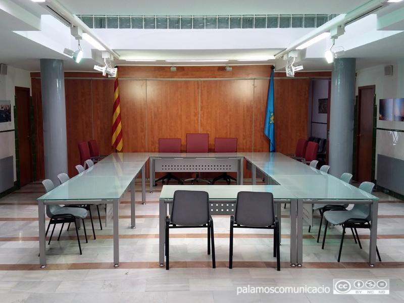 Sala de Plens de l'Ajuntament buïda.