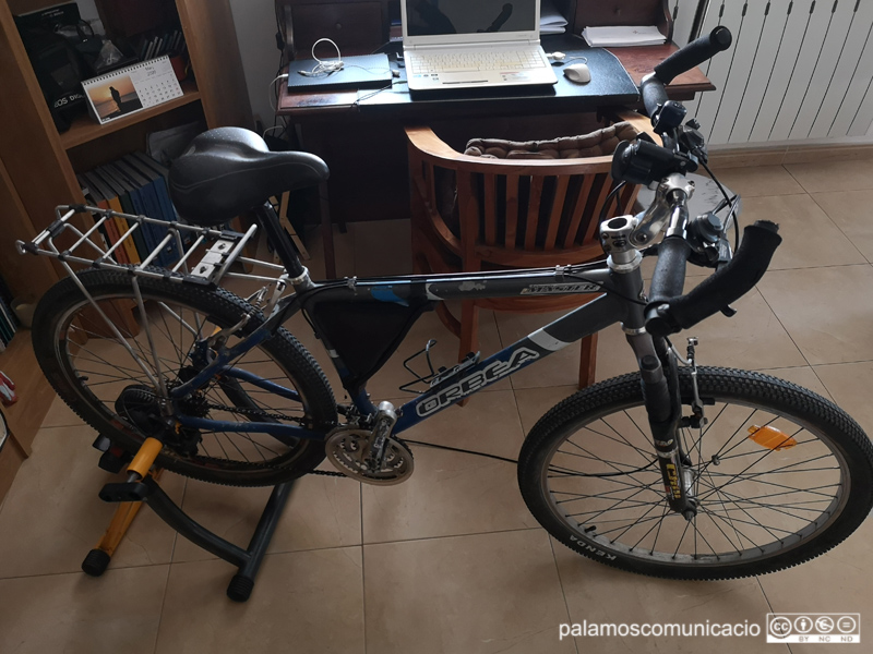La bicicleta estàtica és una bona pràctica esportiva per fer sense sortir de casa.