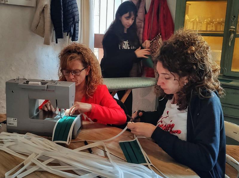 Voluntàries fent mascaretes al taller 'Tu Atrezzo' de Sant Feliu de Guíxols. (Foto: Foto: Conchi Morales).