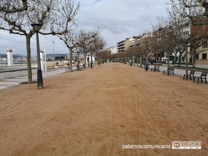 Es tracta de la part central del passeig del Mar de Palamós, entre els carrers de l'Avió i de la Mercè.