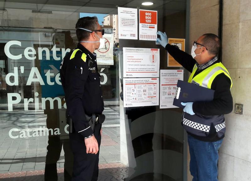 La Policia Local de Palamós ha distribuït els cartells a tots els comerços implicats. (Foto: Ajuntament de Palamós).
