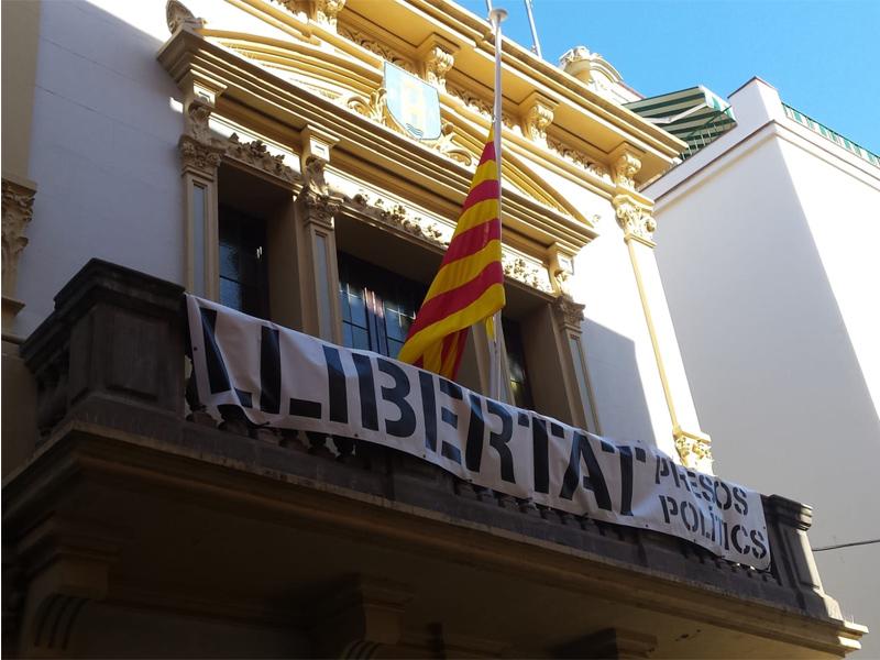 La bandera de l'Ajuntament a mitja asta en homenatge a les víctimes del coronavirus. (Foto: Ajuntament de Palamós).